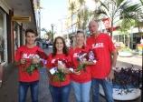 ACE entrega flores para as mulheres